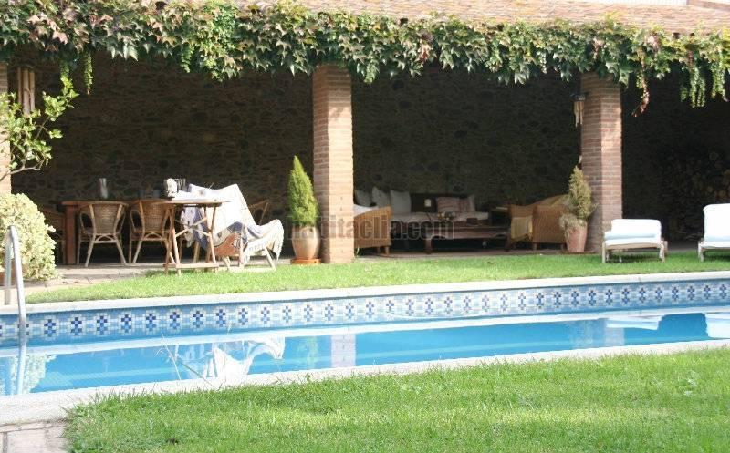 Casa por en mf con jardin piscina y porche con - Porches y jardines ...